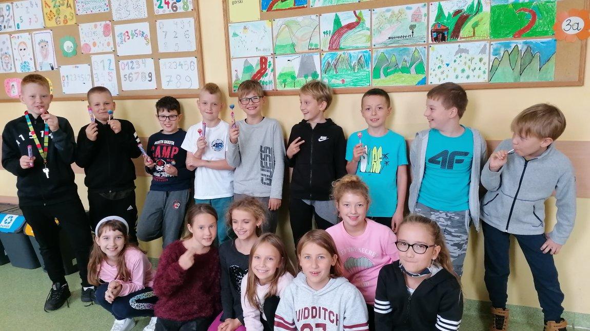 Na zdjęciu chłopcy i dziewczyni z klasy 3a pozują na korytarzu szkolnym