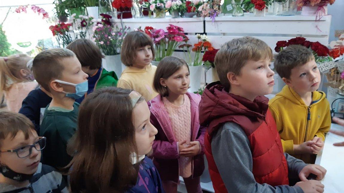 Na zdjęciu grupka dzieci z klasy 2b w kwiaciarni.