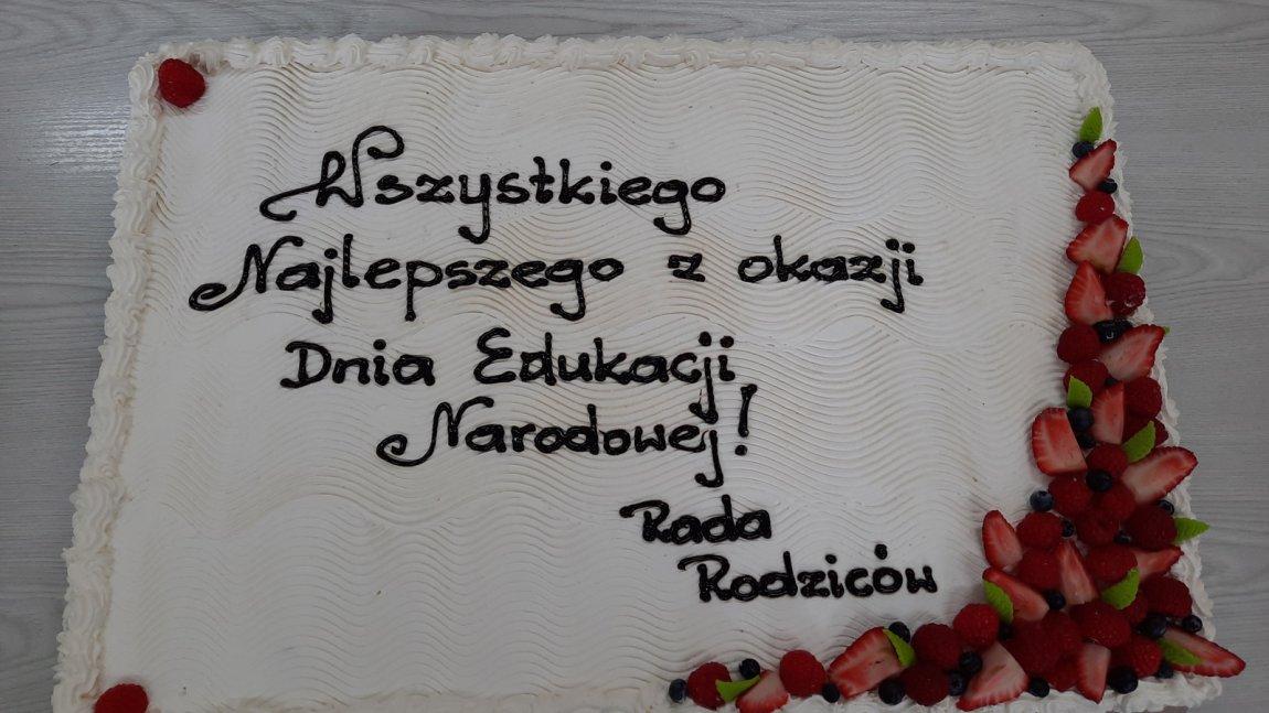 Zdjęcie przedstawia tort ufundowany przez Radę Rodziców z okazji Dnia Edukacji Narodowej dla nauczycieli SP 4